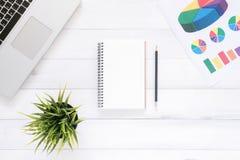 Espace de travail minimal - l'appartement créatif étendent la photo du bureau d'espace de travail Photo stock
