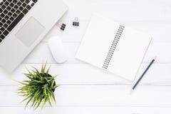 Espace de travail minimal - l'appartement créatif étendent la photo du bureau d'espace de travail Le bureau de vue supérieure ave Photographie stock libre de droits