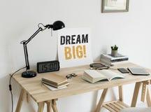 Espace de travail minimal de style avec un rêve de mots grand image stock