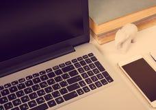 Espace de travail moderne avec des objets d'ordinateur portable et de bureau Photo stock