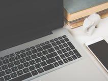 Espace de travail moderne avec des objets d'ordinateur portable et de bureau Images libres de droits