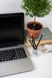 Espace de travail moderne avec des objets d'ordinateur portable et de bureau Photos stock