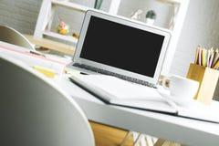 Espace de travail moderne avec l'écran vide d'ordinateur portable Photo libre de droits