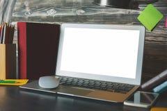 Espace de travail moderne avec l'affichage vide d'ordinateur portable Image stock