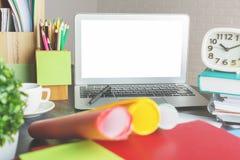 Espace de travail moderne avec l'ordinateur portable blanc vide Images stock