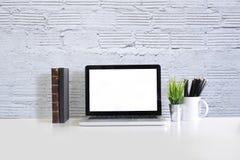 Espace de travail moderne avec l'ordinateur portable et le livre sur la table de bureau Photo stock