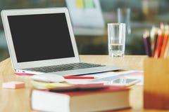 Espace de travail moderne avec l'ordinateur portable vide Image stock