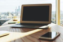 Espace de travail moderne avec l'ordinateur portable vide Photographie stock