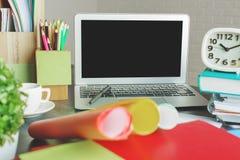 Espace de travail moderne avec l'ordinateur portable vide Photographie stock libre de droits