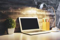 Espace de travail moderne avec l'ordinateur portable vide Photo stock