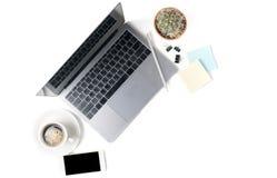 Espace de travail moderne avec la tasse de café, le smartphone, et l'ordinateur portable Photos libres de droits