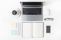 Espace de travail moderne avec la tasse de café, smartphone, papier, carnet Photographie stock