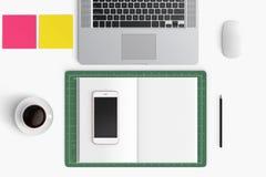 Espace de travail moderne avec la tasse de café, smartphone, papier, carnet, t Photos libres de droits