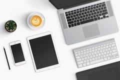 Espace de travail moderne avec la tasse de café, smartphone, papier, carnet, t Photo libre de droits
