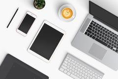 Espace de travail moderne avec la tasse de café, smartphone, papier, carnet, t Images libres de droits