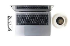 Espace de travail moderne avec la tasse, les verres et l'ordinateur portable de café Photo libre de droits