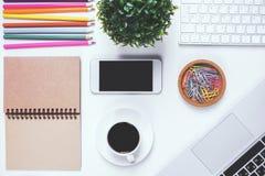 Espace de travail moderne avec le clavier et le smartphone vides Photographie stock libre de droits