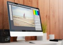 espace de travail moderne avec le photographe éditeur d'ordinateur Photographie stock libre de droits