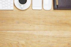 Espace de travail moderne avec le smartphone et les approvisionnements Image stock