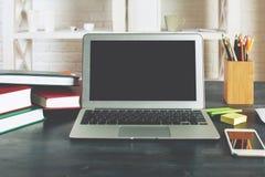 Espace de travail moderne de bureau avec l'écran vide d'ordinateur portable Photo stock