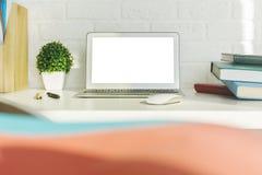 Espace de travail moderne créatif avec l'ordinateur portable blanc Photos libres de droits