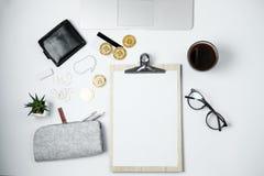 Espace de travail moderne d'affaires avec Bitcoin, ordinateur portable, café, station Photographie stock libre de droits