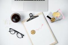 Espace de travail moderne d'affaires avec Bitcoin, ordinateur portable, café, station Photos libres de droits