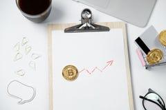 Espace de travail moderne d'affaires avec Bitcoin, ordinateur portable, café, station Photos stock