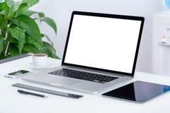 Espace de travail moderne de bureau avec le PC de comprimé d'ordinateur portable Image stock