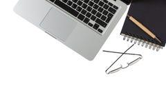Espace de travail moderne, ordinateur portable et bloc-notes noir sur le fond blanc, l'espace de copie, vue supérieure Photographie stock