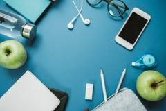 Espace de travail moderne pour la personne en bonne santé : crayons, l'eau, pomme, pho Photo libre de droits