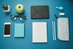 Espace de travail moderne pour la personne en bonne santé : crayons, l'eau, pomme, pho Photo stock