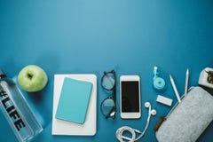 Espace de travail moderne pour la personne en bonne santé : crayons, l'eau, pomme, pho Photographie stock