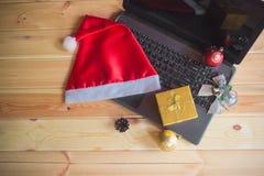 Espace de travail de Noël avec l'ordinateur portable, le chapeau de Santa Claus et les décorations de Noël image libre de droits
