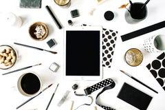 Espace de travail noir de style d'indépendant avec le comprimé, café noir, carnet à dessins, serviettes, rubans, pinceaux Photos libres de droits