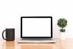 Espace de travail, ordinateur portable conceptuel et souris d'isolement Photos stock