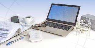 Espace de travail, ordinateur portable, téléphone portable, verres et papier de local commercial Photo libre de droits