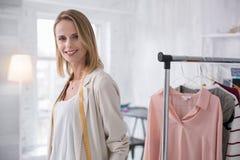 Espace de travail de organisation de tailleur féminin heureux Photos stock
