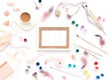 Espace de travail plat d'art de configuration avec du café, la douleur et les brosses sur le fond blanc Images libres de droits