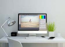 espace de travail propre moderne avec le photographe éditeur sur l'écran illustration stock