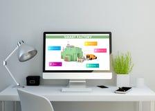 espace de travail propre moderne avec le site Web futé d'usine sur l'écran Photographie stock