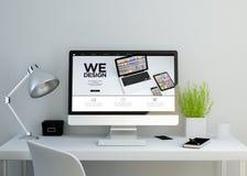 espace de travail propre moderne avec nous concevons le site Web sur l'écran Images libres de droits