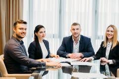 Espace de travail réussi de femmes d'hommes d'affaires d'équipe Photo stock