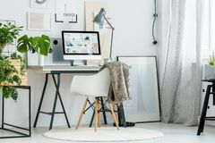 Espace de travail scandinave de style avec des usines Images libres de droits