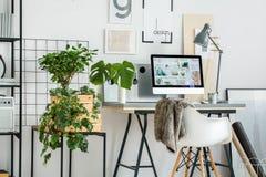 Espace de travail simple avec le bureau Image stock