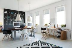 Espace de travail simple avec le long bureau Images libres de droits