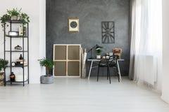 Espace de travail simple sur le mur gris Photos libres de droits