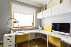 Espace de travail sophistiqué avec la lampe de concepteur Photographie stock libre de droits