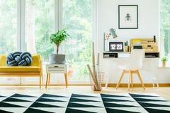 Espace de travail spacieux avec la chaise blanche Image libre de droits