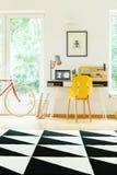 Espace de travail spacieux avec la chaise jaune Photos stock